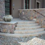 masivní kamenné schody
