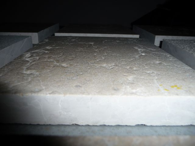 Tryskaný a kartáčovaný povrch - většinou mramor