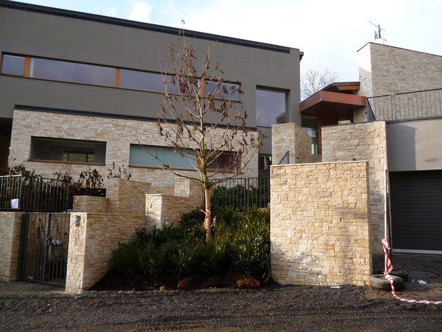 Kamenný obklad Štípaný mramor - dům Trója