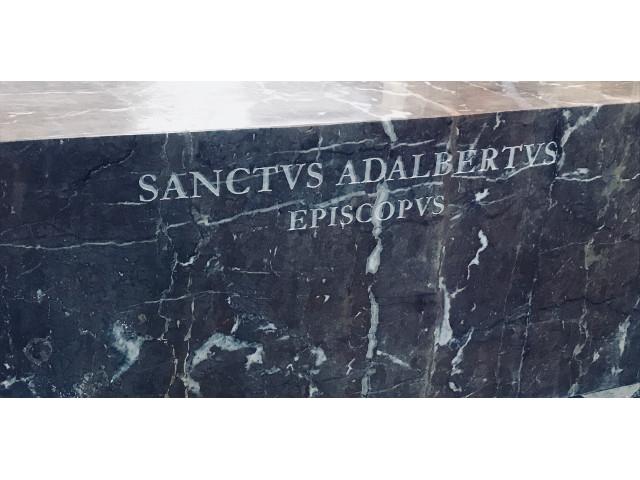 Deatil nápisu na mramorovém piedestalu
