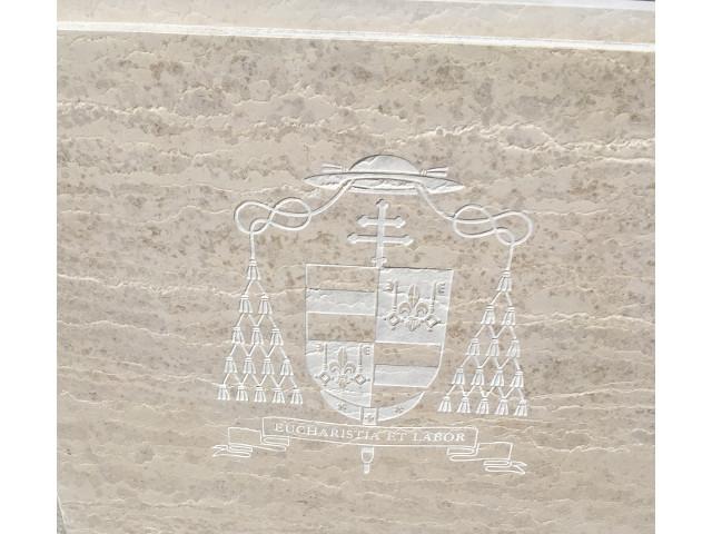 Detail tumby – kardinálský znak